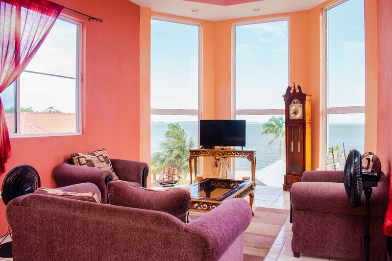 See Belize SEA VIEW 2BR PENTHOUSE w INFINITY POOL, ROOF TERRACE & OVERWATER DECK, location de vacances à Belize City