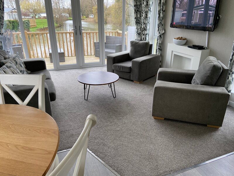 2 Bed Beautiful and Tranquil Lakeside Lodge, holiday rental in Wellingborough