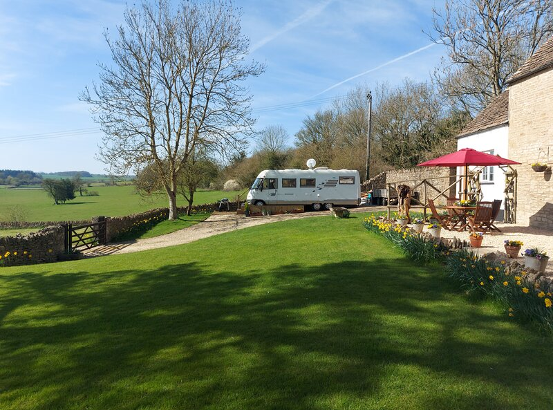 Cirencester, Cotswolds - Large Static Motorhome with Stunning Countryside Views, vacation rental in Kemble