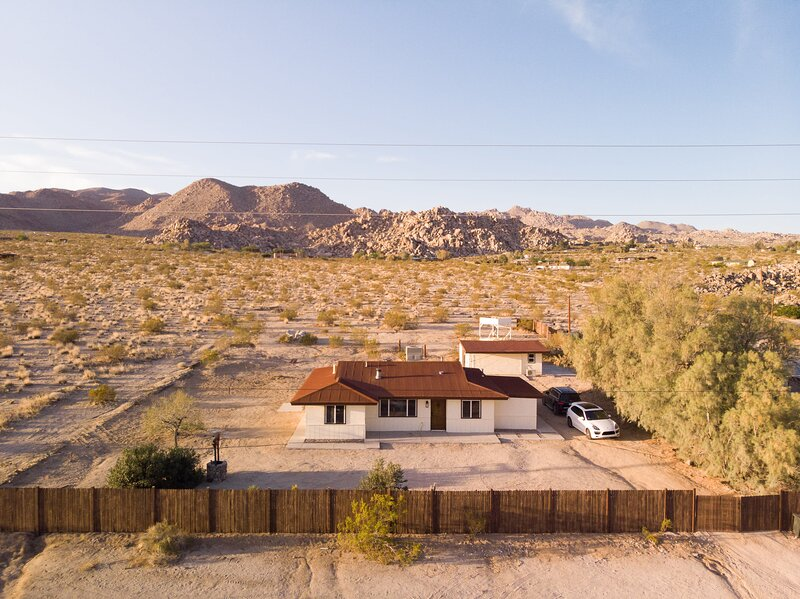 * Marbella Lane - The Moon | Designer Home right behind the JTNP, vacation rental in Joshua Tree National Park