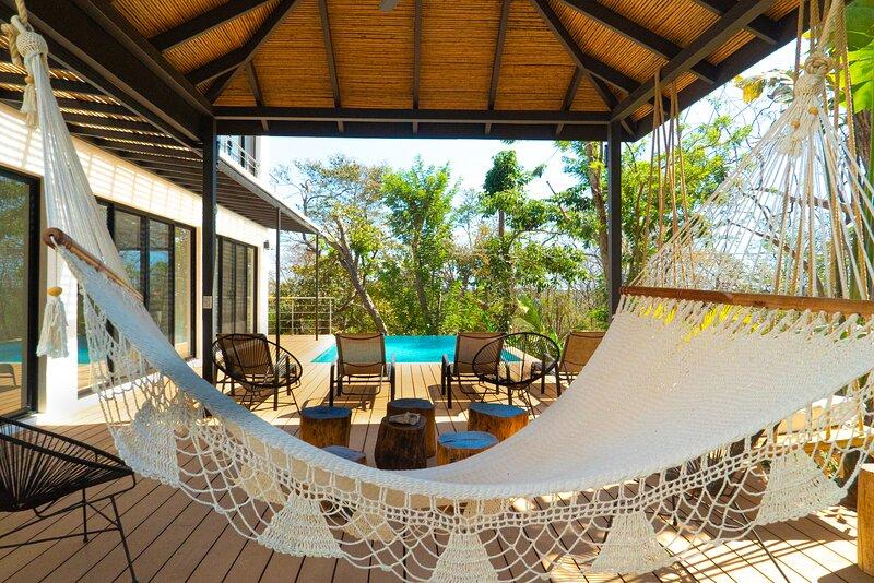 Casa Crucero Verde , 5mn walk to the Tamarindo beach and town, holiday rental in Playa Langosta