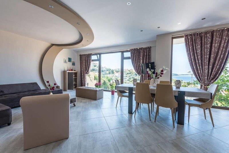 Endless Blue/Luxury Apartment, holiday rental in Nea Karvali