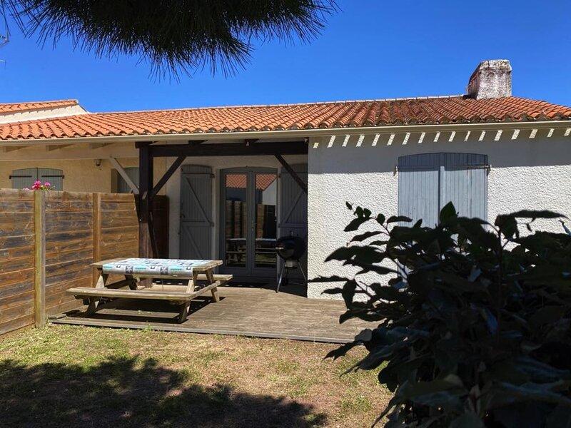 Maison jumelée situé à 2km de la plage, 4 couchages, holiday rental in Saint-Hilaire-la-Foret