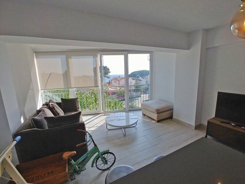 Beautiful newly renovated apartment with sea view!, casa vacanza a Palamos