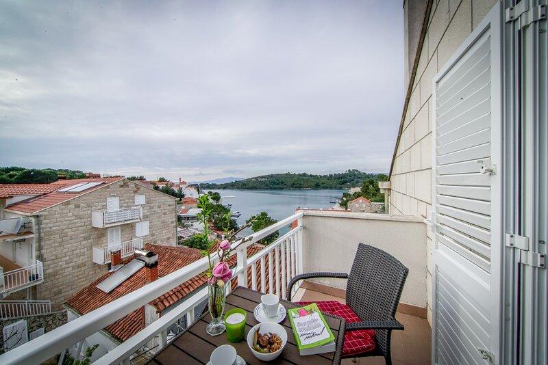 Apartment near sea in Pomena A1, holiday rental in Govedari