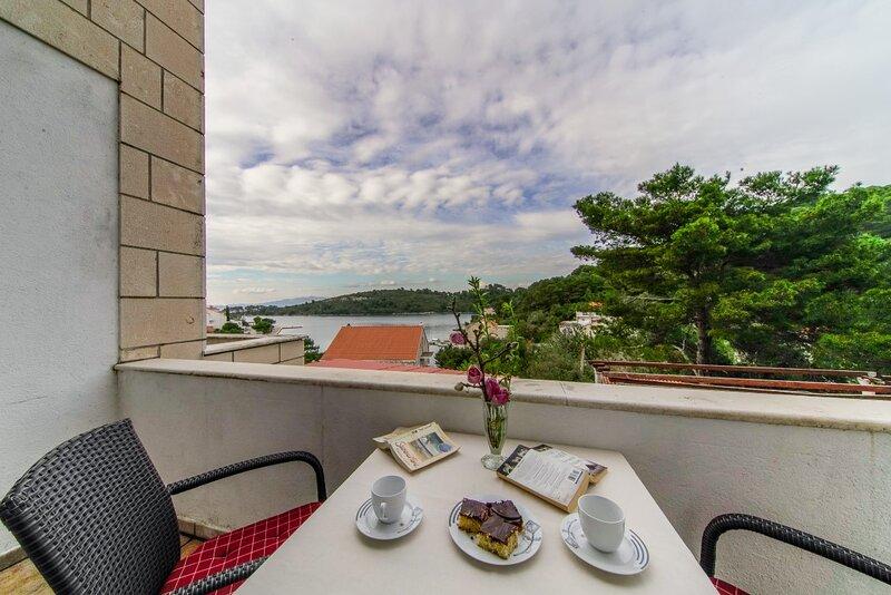 Apartment with Balcony in Pomena A4, holiday rental in Govedari