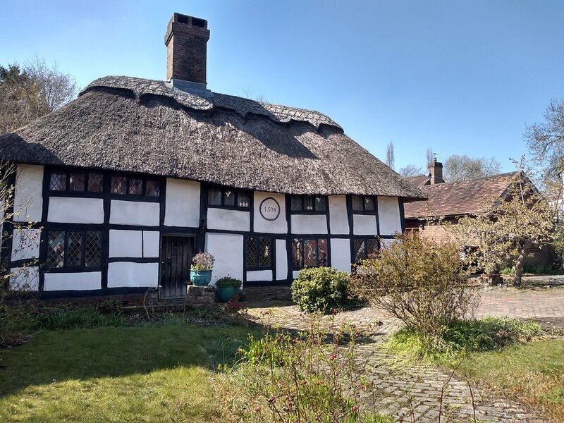 Dream thatched cottage in picturesque country village with pub and shop near sea, vakantiewoning in Brede
