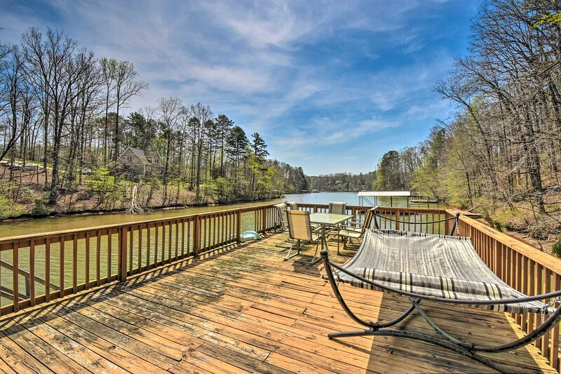 NEW! Large Lakefront Home w/ Hot Tub & Party Dock!, holiday rental in West Union