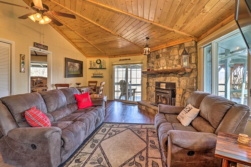 NEW! Cozy Cabin Retreat w/ Fire Pit, Grill & Views, holiday rental in Glenville