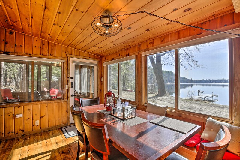 NEW! Pike Lake Retreat w/ Boat Slip & Fish House!, location de vacances à Luck