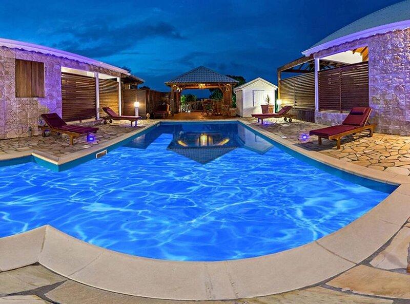 Beautiful house with shared pool, alquiler de vacaciones en Anse-Bertrand