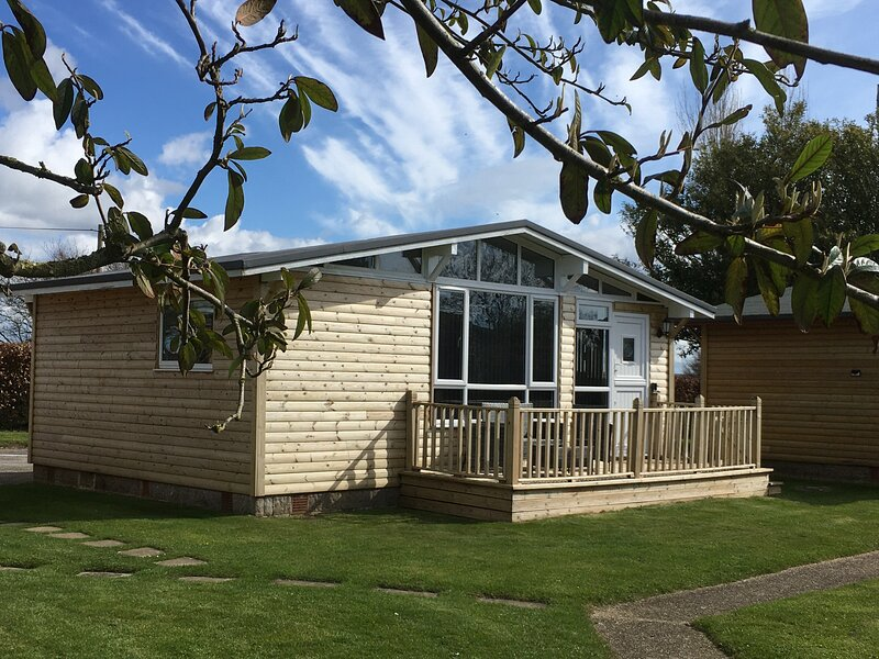 Charming wooden holiday chalet, holiday rental in Seaton
