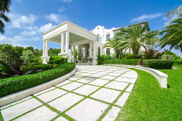 EXCLUSIVE BEACHFRONT MANSION 7BR (VILLA B), holiday rental in Coral Harbour