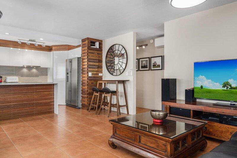 Lovely Apartment with BBQ Deck and Yard near Beach, alquiler de vacaciones en Broadbeach