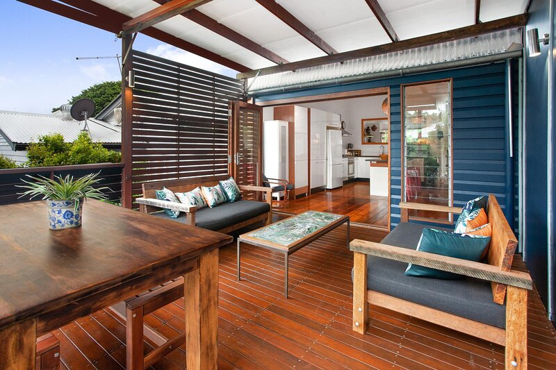 Beautiful Family Home with Deck, Yard and Parking, holiday rental in Springwood