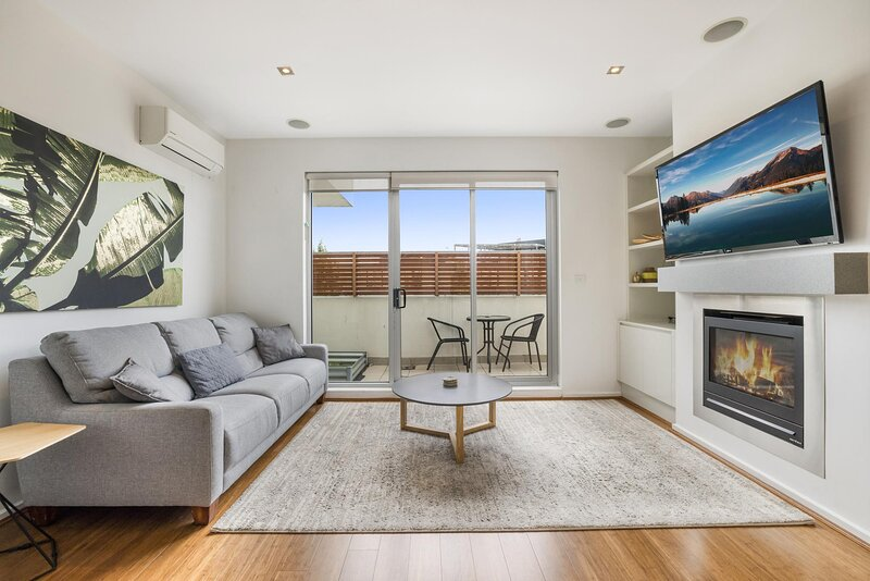 Styled 2-Bed St Kilda Unit with Balcony near Beach, holiday rental in St Kilda East