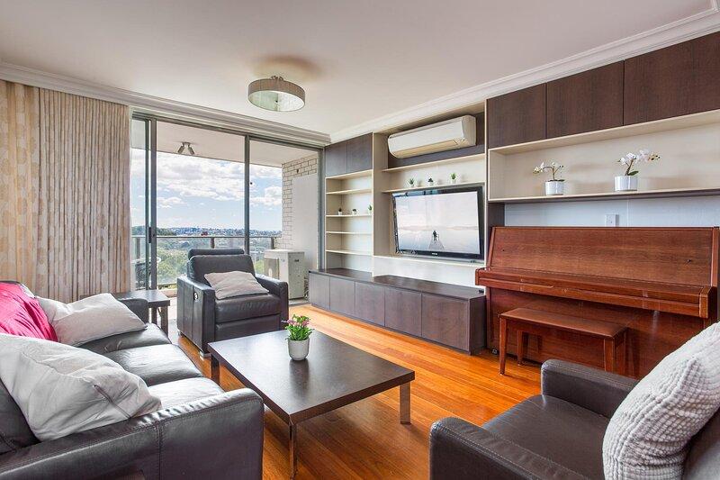 Elegant Unit with Balcony, Parking and City Views, location de vacances à Waverley