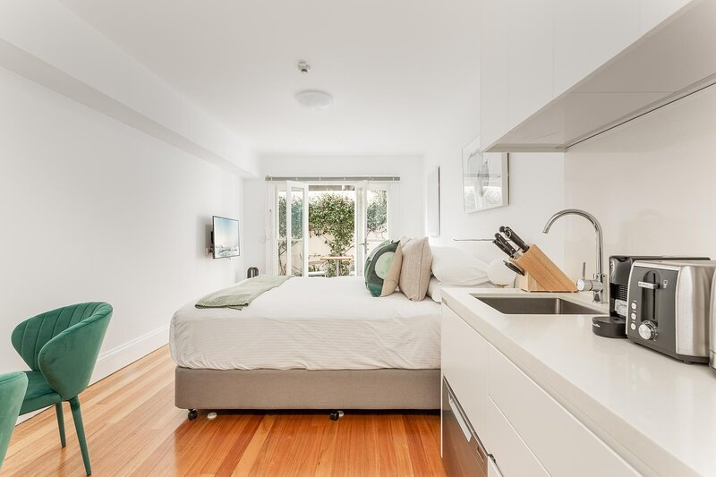 Lovely Studio with Patio 25 min from Sydney CBD, holiday rental in Leichhardt