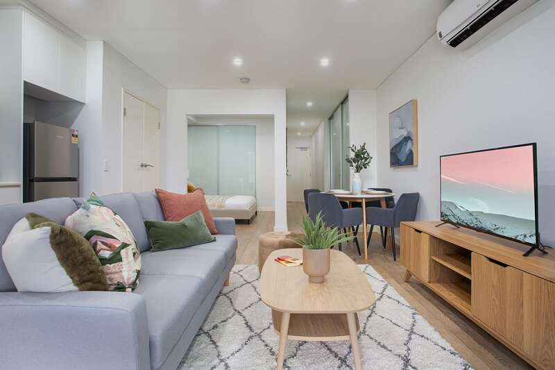 Studio Unit with Balcony near Burwood Bars and Shops, holiday rental in Summer Hill