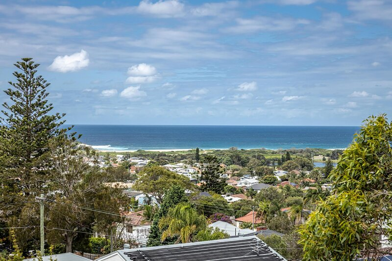 Luxe 4-Bed Home with Sprawling Deck and Ocean Views, alquiler vacacional en Allambie Heights