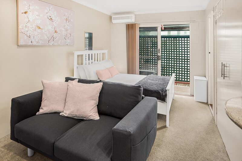 Comfy Studio with Parking near Gabba and Restaurants, holiday rental in Springwood