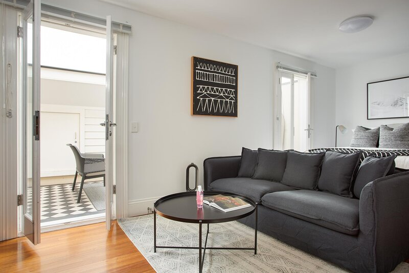 Stunning Studio with Alfresco Terrace near Trains, holiday rental in Summer Hill
