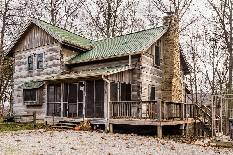 Stonehead Ridge Log Cabin, vacation rental in Columbus