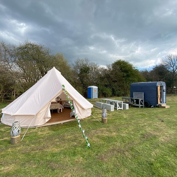 Hopgarden Glamping - Luxury 6m Bell Tent - Magpie, holiday rental in Pembury