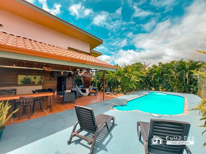 Villa Jose Manuel A/C, Private Pool & Arenal Volcano View, holiday rental in La Fortuna de San Carlos