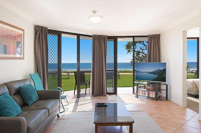 San Simeon 6 - Spacious, ground floor and absolute beachfront!, casa vacanza a Tugun