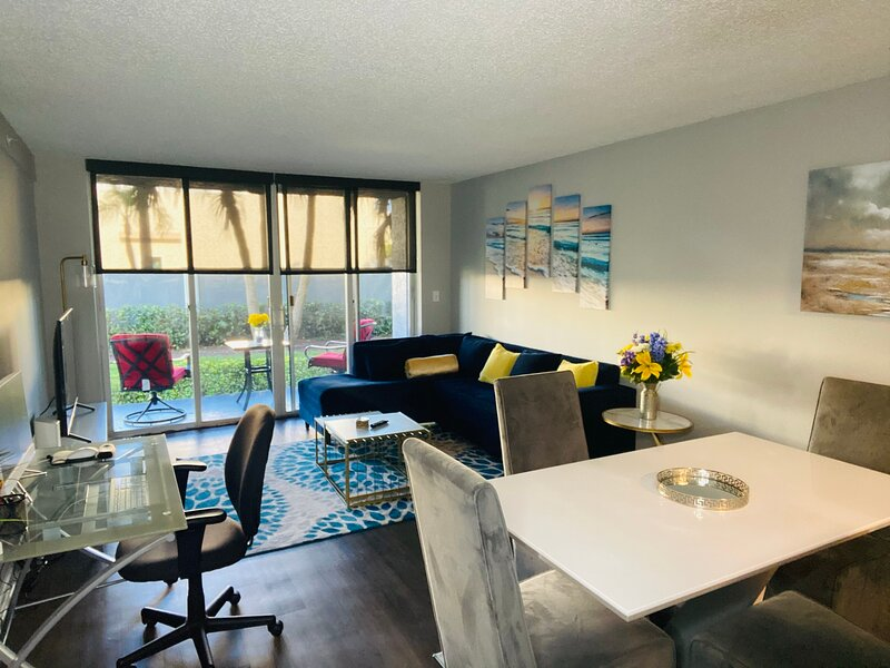 QUEEN BEDS 3 MILES FROM BEACH & AIRPORT: FREE PARKING & WIFI FOR 5 GUESTS, holiday rental in Dania Beach