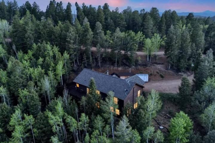 Secluded Modern Mountain Home, Views, Wifi, Hot Tub, alquiler vacacional en Divide