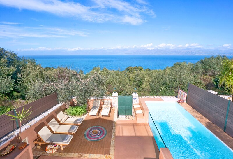 Sea View Cottage with Heated Pool, location de vacances à Peroulion