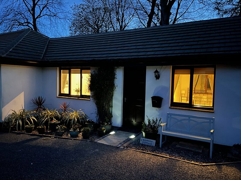Midwood Cottage with woodland garden, treehouse, parking, 5 mins walk to beach, holiday rental in Longhoughton
