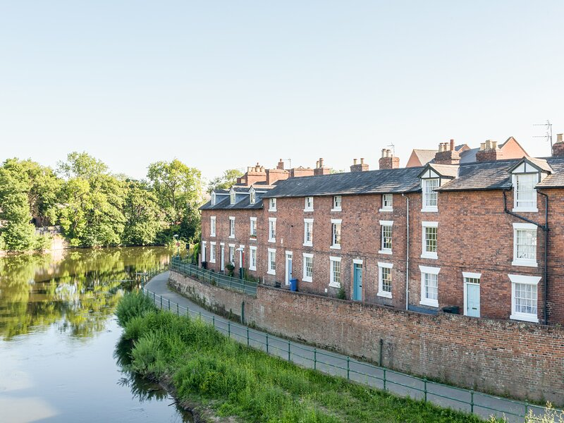 MARINE TERRACE, overlooking the River Severn, three king-size double bedrooms, holiday rental in Condover
