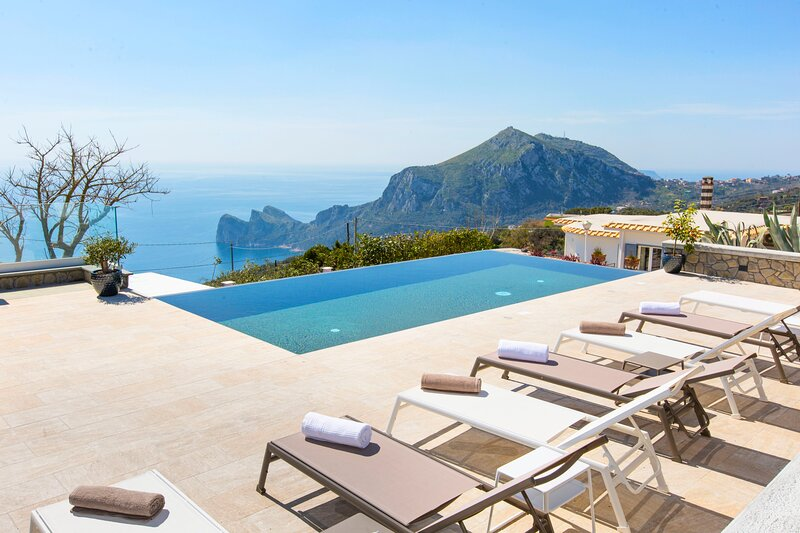 Arenaccia Villa Sleeps 10 with Pool Air Con and WiFi - 5889701, aluguéis de temporada em Metrano