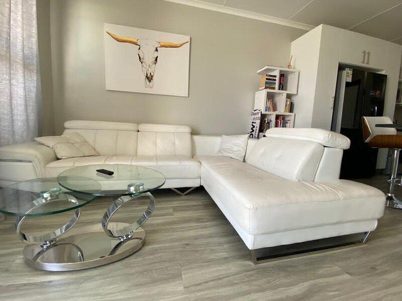 Uptown luxurious 2 bedroom apartment, aluguéis de temporada em Windhoek