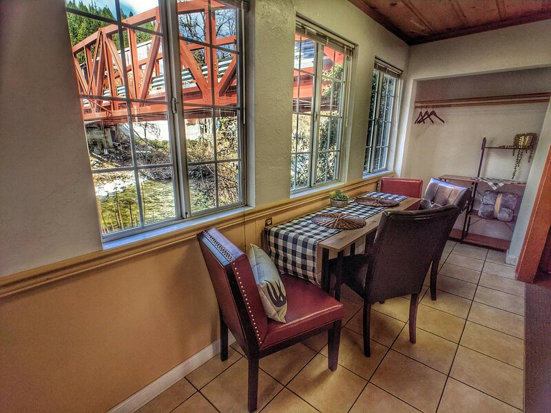 Riverside Mountain Lodge - Suite 1 - Family Suite, holiday rental in Washington