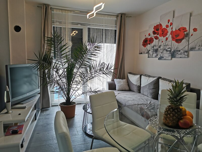 Luxurious 2-Bed Appartment in Mandre with pool, casa vacanza a Kolan