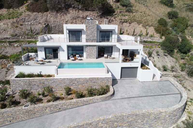 Rozities Luxury Beachfront Villa, holiday rental in Mixorrouma