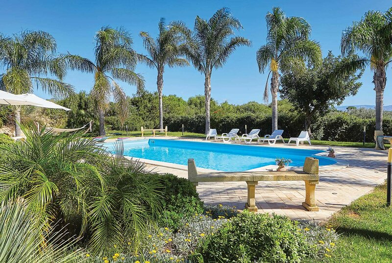 Large Countryside villa w/ large pool, location de vacances à Marinella di Selinunte