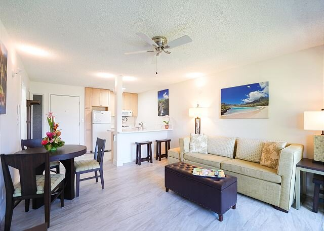 NEW!  Plantation Hale D11, AC, Walk to Beach, Shops, Restaurants, Pool View, alquiler de vacaciones en Kapaa
