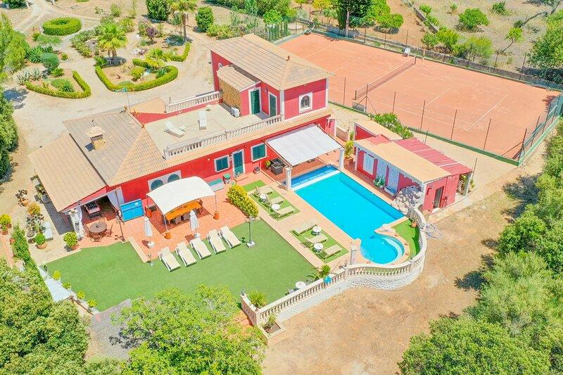 Villa Segundo with big private pool, tennis court, mini golf and ping-pong, aluguéis de temporada em Llucmajor