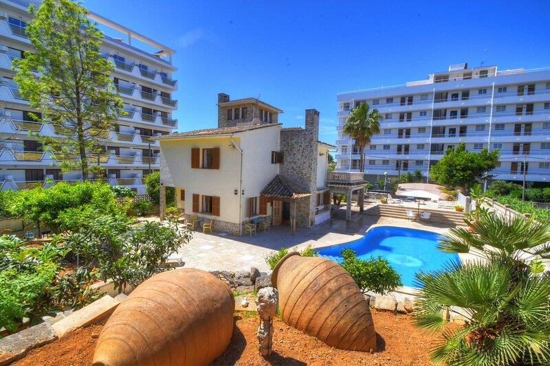Villa Maravillas next to the beach with a pool, garden and terraces, location de vacances à El Arenal