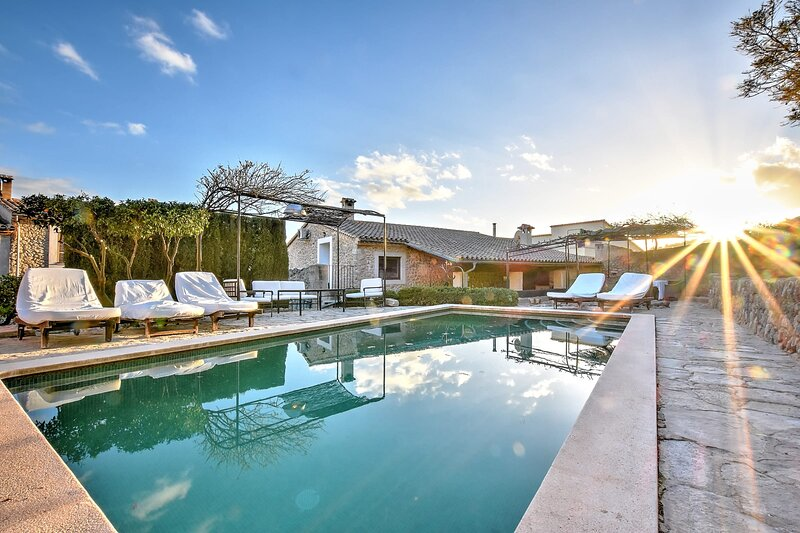 Villa Can Pulit with a special charm in the heart of a picturesque village, location de vacances à Selva