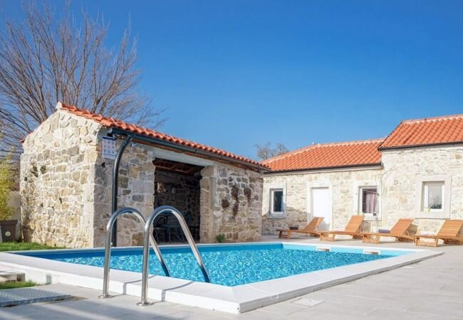 Drliceve Kuce Holiday Home Sleeps 8 with Pool Air Con and WiFi - 5889721, vacation rental in Radosinovci