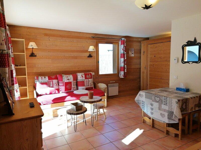 Studio spacieux, bien équipé et décoré, situé dans une zone calme, proche de, holiday rental in Uvernet-Fours