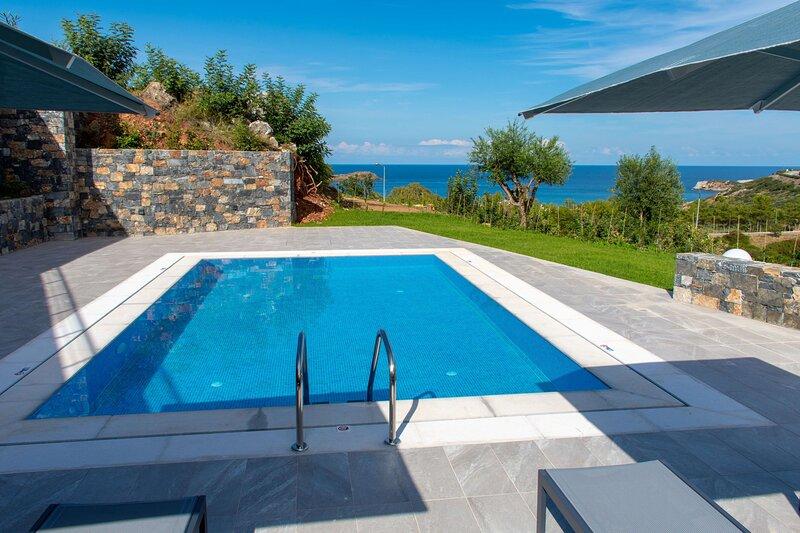 Villa Aqua, New Luxury Villa, Seaview with Private Pool, casa vacanza a Almirida