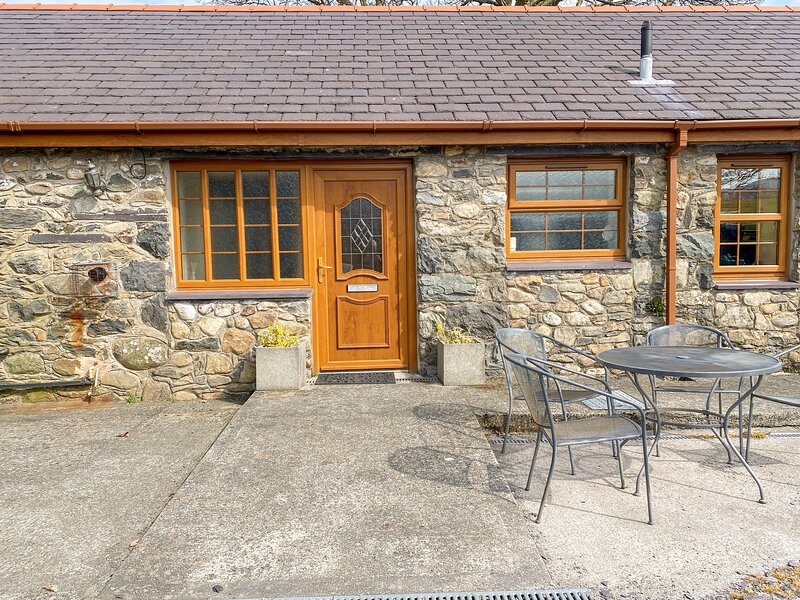 Y BWTHYN, detached barn conversion, WiFi, pet-friendly, walks from the door, in, holiday rental in Seion