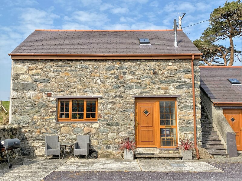 Y BEUDY, detached barn conversion, king-size bed, WiFi, romantic retreat, in, holiday rental in Seion